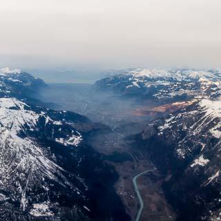 Luftbild vom Rhonetal entlang bis zum Genfersee