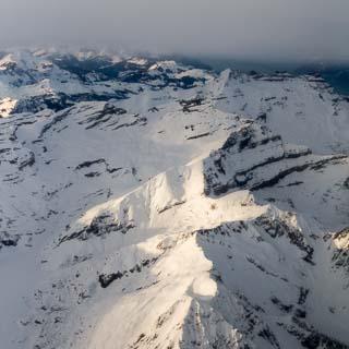 Luftbild schneebedeckter Berge in den Savoyer Alpen