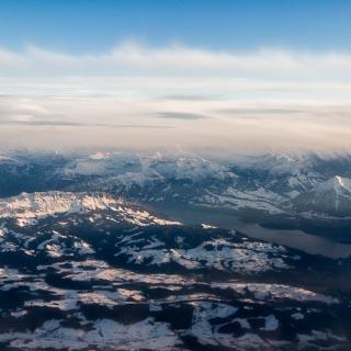 Luftbild vom Thunersee mit den markanten Bergkämmen Sigriswilgrat und Güggisgrat; Schweizer Alpen im Winter