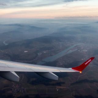 Luftaufnahme der Aaremündung in den Rhein bei Koblenz (Schweiz) mit Tragfläche und Winglet der Helvetic Airways Embraer 190