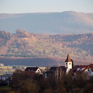 Altenriet, links davon der Floriansberg, dahinter der Albtrauf
