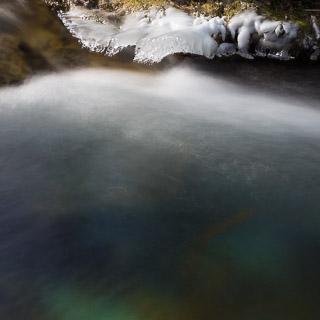 Kalte Farben im klaren Brühlbach mit Eis