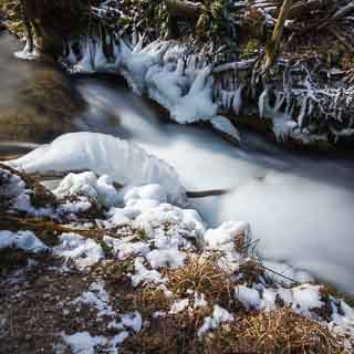 Eis entlang dem Brühlbach bei Bad Urach im Winter (Langzeitbelichtung)