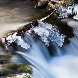 Eis bei Stromschnellen im Brühlbach (Langzeitbelichtung)