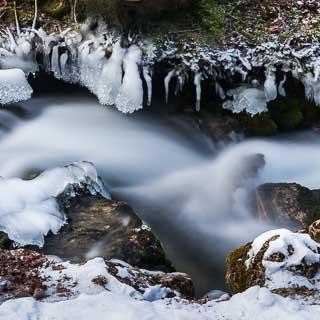 Eis entlang des Brühlbachs im Winter (Langzeitbelichtung)