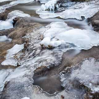 Eis auf den Kalktuffterrassen beim Uracher Wasserfall