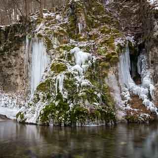 gefrorener Gütersteiner Wasserfall im Winter