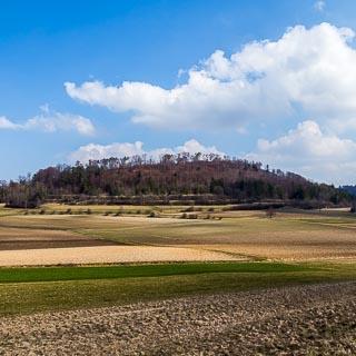 Alblandschaft im Frühjahr mit Wolkenhimmel